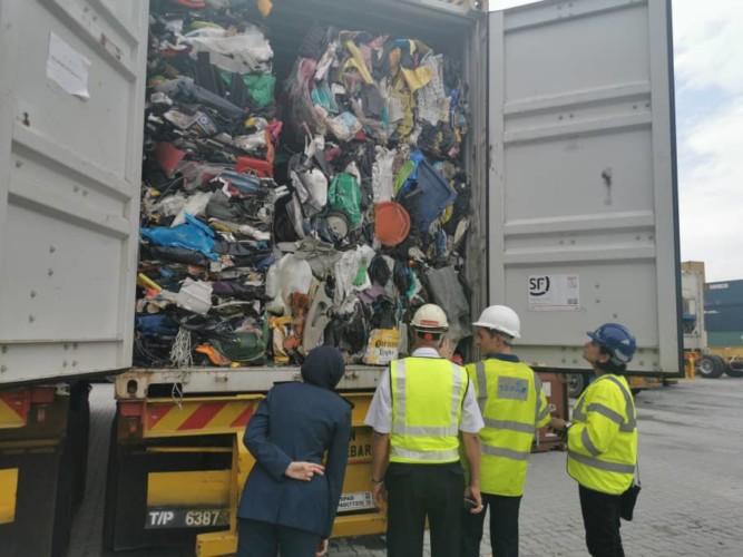 rifiuti plastica ispezione container