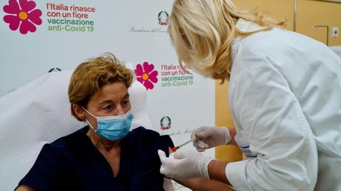 La dottoressa Lidia Dalfino, prima vaccinata in Puglia