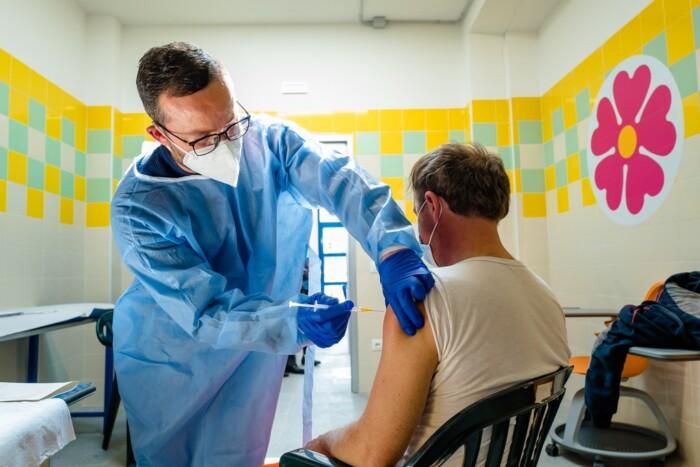 vaccinazione di over 80 e operatori del sociale PalaCozzoli - 2