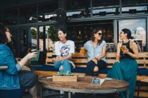bere in compagnia_foto elevate da Pexels