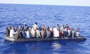 clandestini a bordo di una scialuppa in mare aperto