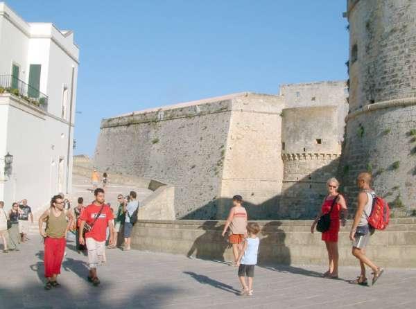 gruppo di turisti  nei pressi del castello di Otranto